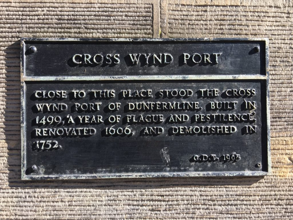 """Plaque with writing """"Cross Wynd Port. Close to this place stood the Cross Wynd port of Dunfermline built in 1499, 'a year of plague and pestilence' renovated in 1606, and demolished in 1752."""""""